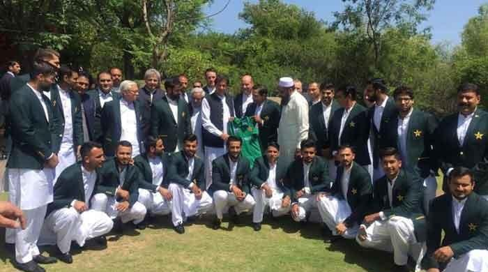 PM Imran gives tips to Pakistan cricket team for World Cup
