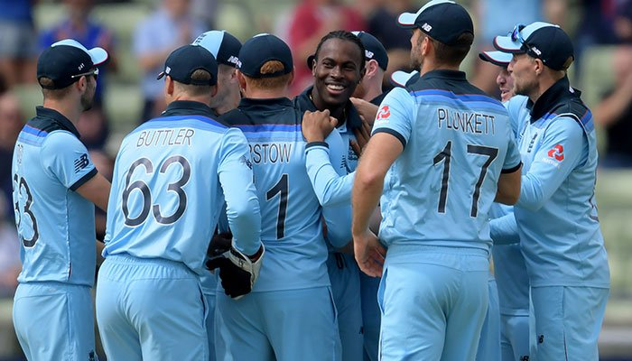 England´s Jofra Archer (C) celebrates with teammates after the dismissal of Australia´s captain Aaron Finch. Photo: AFP