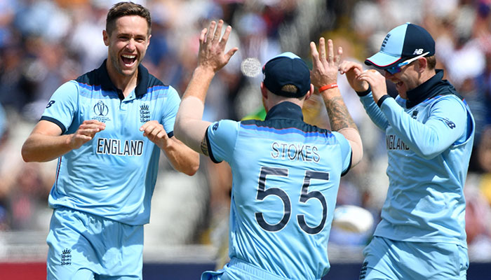 England´s Chris Woakes (L) celebrates with England´s Ben Stokes after dismissing Australia´s Peter Handscomb. Photo: AFP