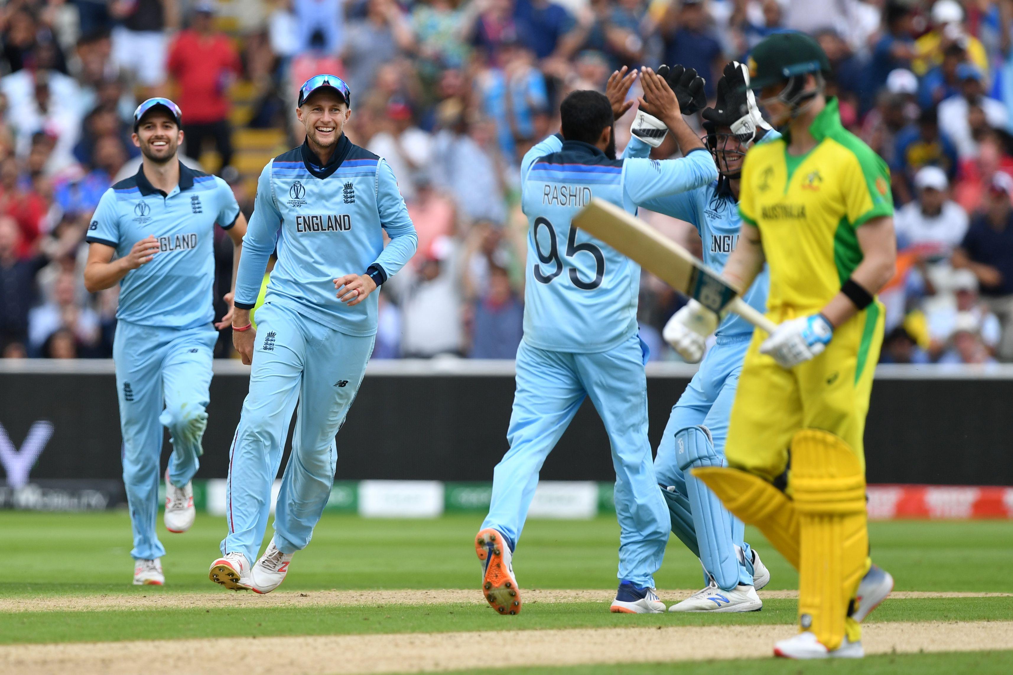 England´s Joe Root (2L) and England´s Adil Rashid (C) celebrate the wicket of Australia´s Pat Cummins (R). Photo: AFP