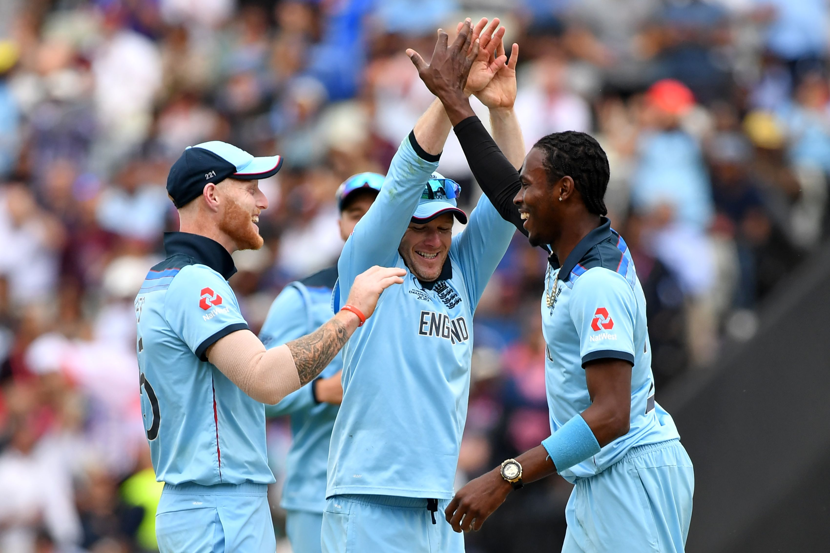Ben Stokes (L), captain Eoin Morgan (C) and Jofra Archer (R) celebrate the wicket of Glenn Maxwell. Photo: AFP