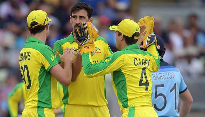 Mitchell Starc (C) celebrates with teammates after the dismissal of England´s Jonny Bairstow (R). Photo: AFP