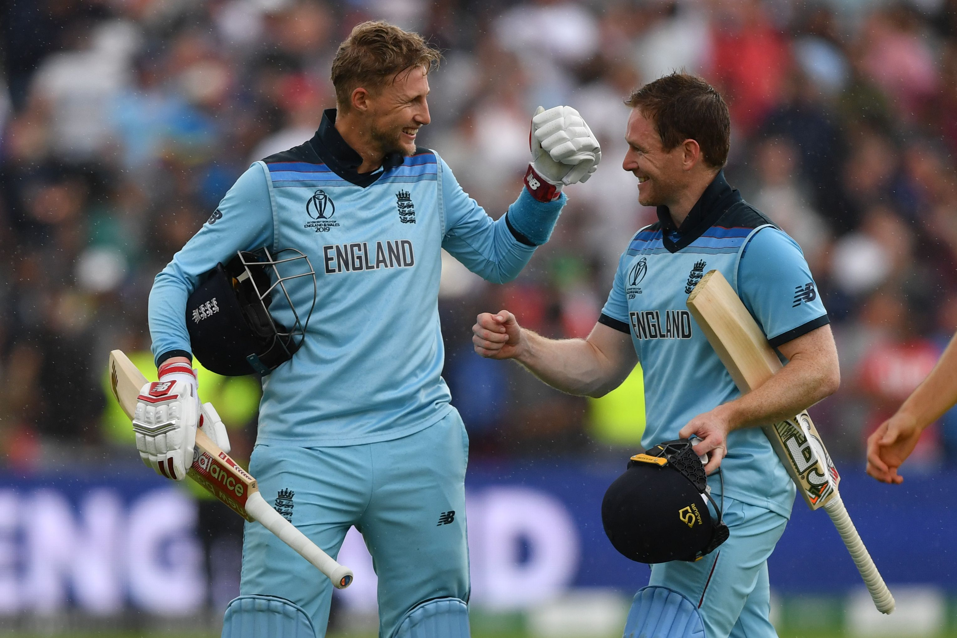 England´s captain Eoin Morgan (R) and Joe Root celebrate victory. Photo: AFP