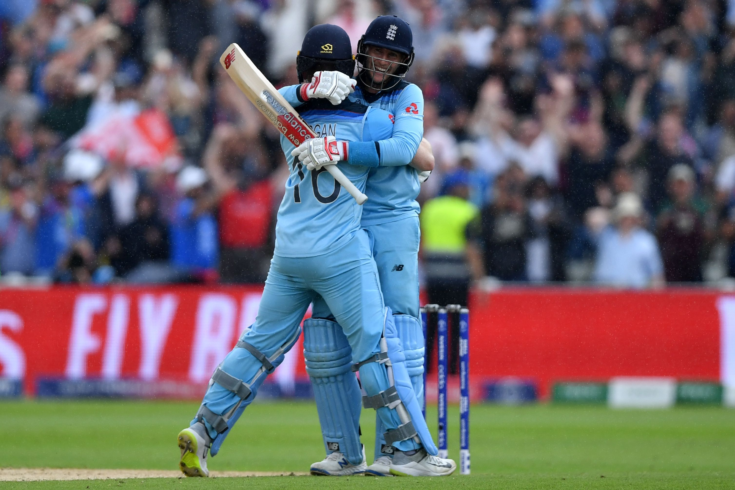 Eoin Morgan (l) and England´s Joe Root celebrate victory. Photo: AFP