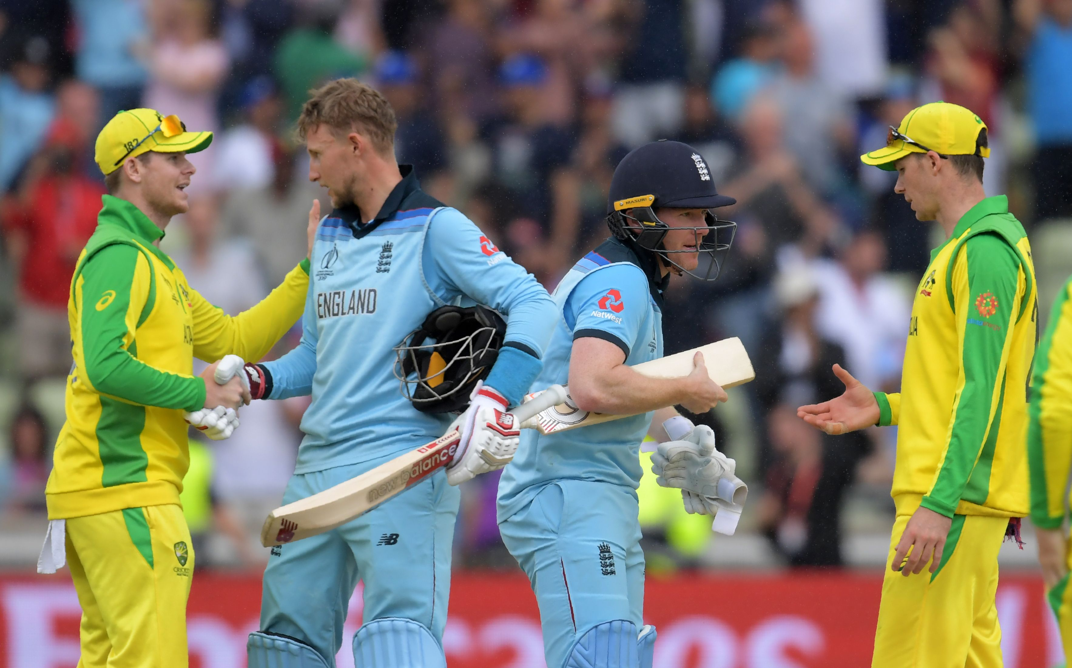 captain Eoin Morgan (2L) and teammate Joe Root (2R) shake hands with Australia´s Steve Smith (L). Photo: AFP