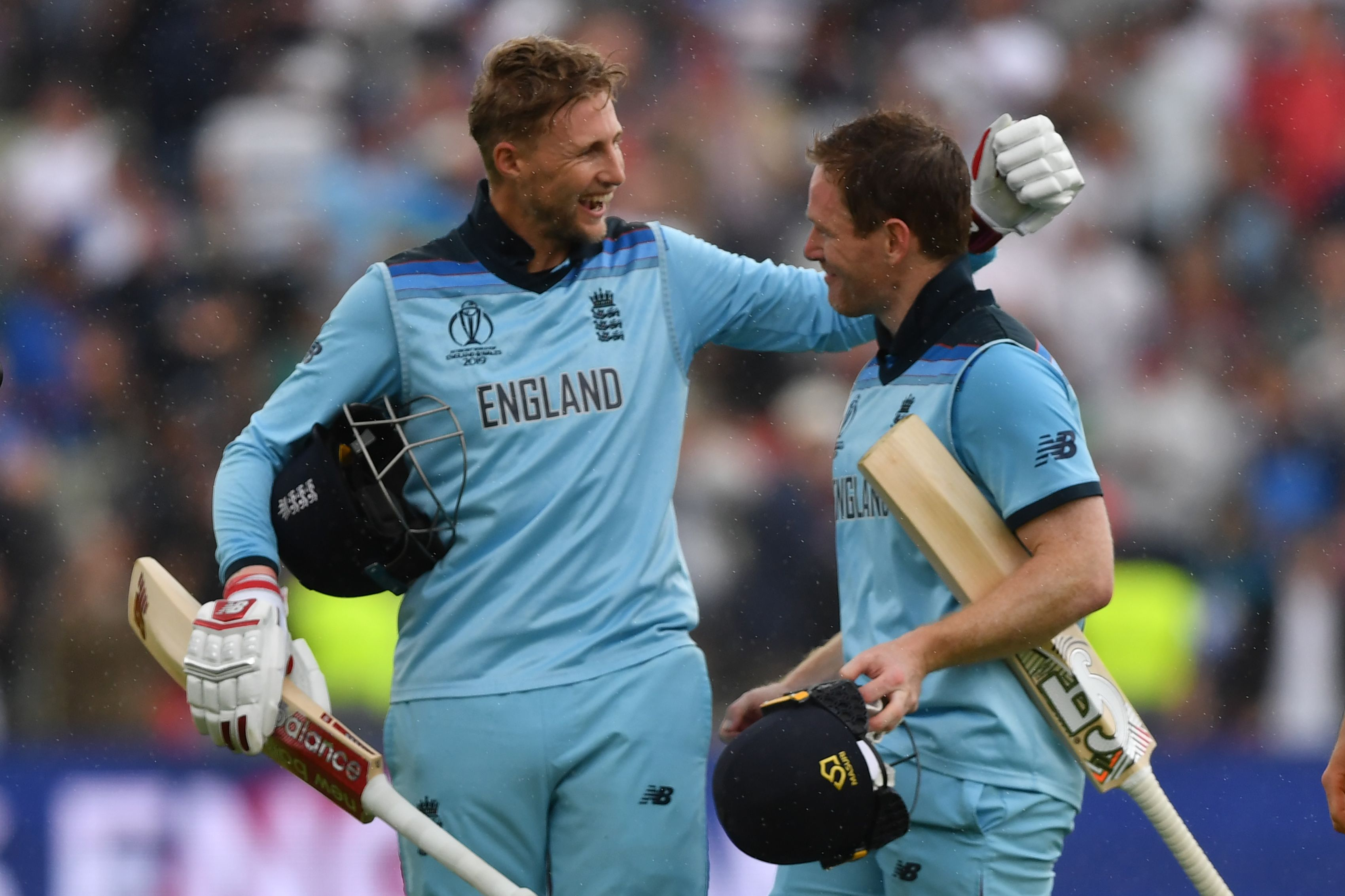 England´s captain Eoin Morgan (R) and England´s Joe Root celebrate victory. Photo: AFP
