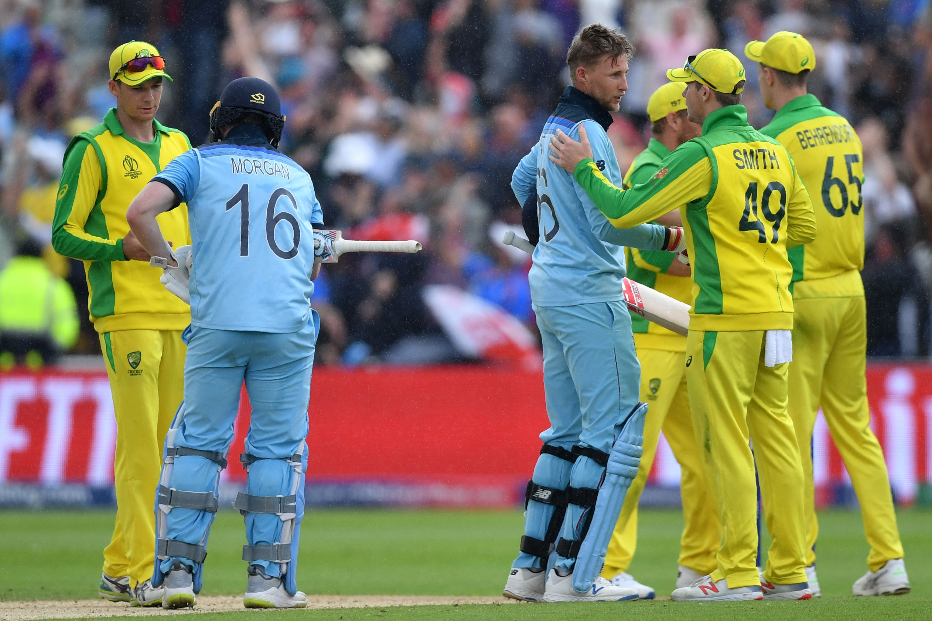 Eoin Morgan (2L) and England´s Joe Root (C) shake hands with australia´s cricketers at close of play. Photo: AFP