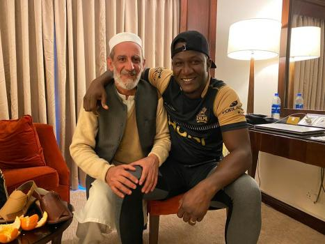 PSL 5: Peshawar Zalmi's Darren Sammy, others receive Peshawar's iconic Kaptaan Chappal