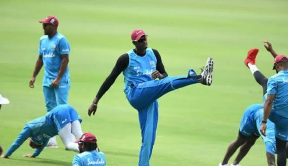 West Indian cricketers ki Kingston Oval mein samaji faasla rakh kar training