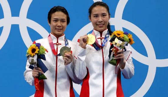 tokyo olympics medal taqreeb mein 30 second tak mask utarny ki ijazat