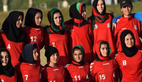 afghan khawateen football team ki khandan kay hamra torkham amad